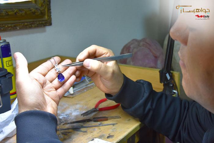 هنرجوی کلاس جواهرسازی